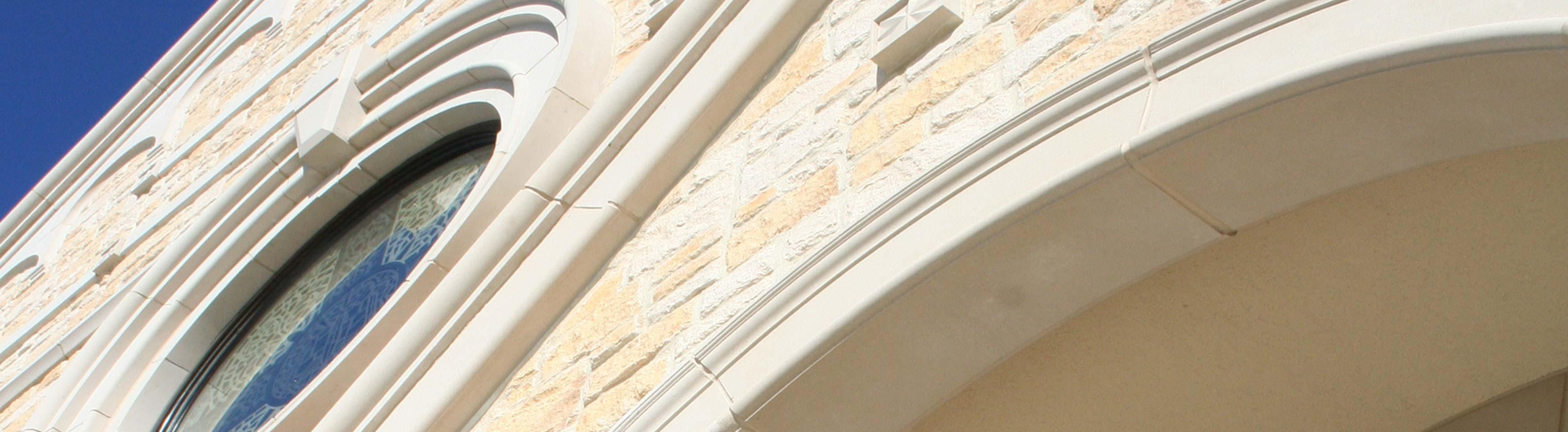 arco del edificio de la iglesia y vidriera