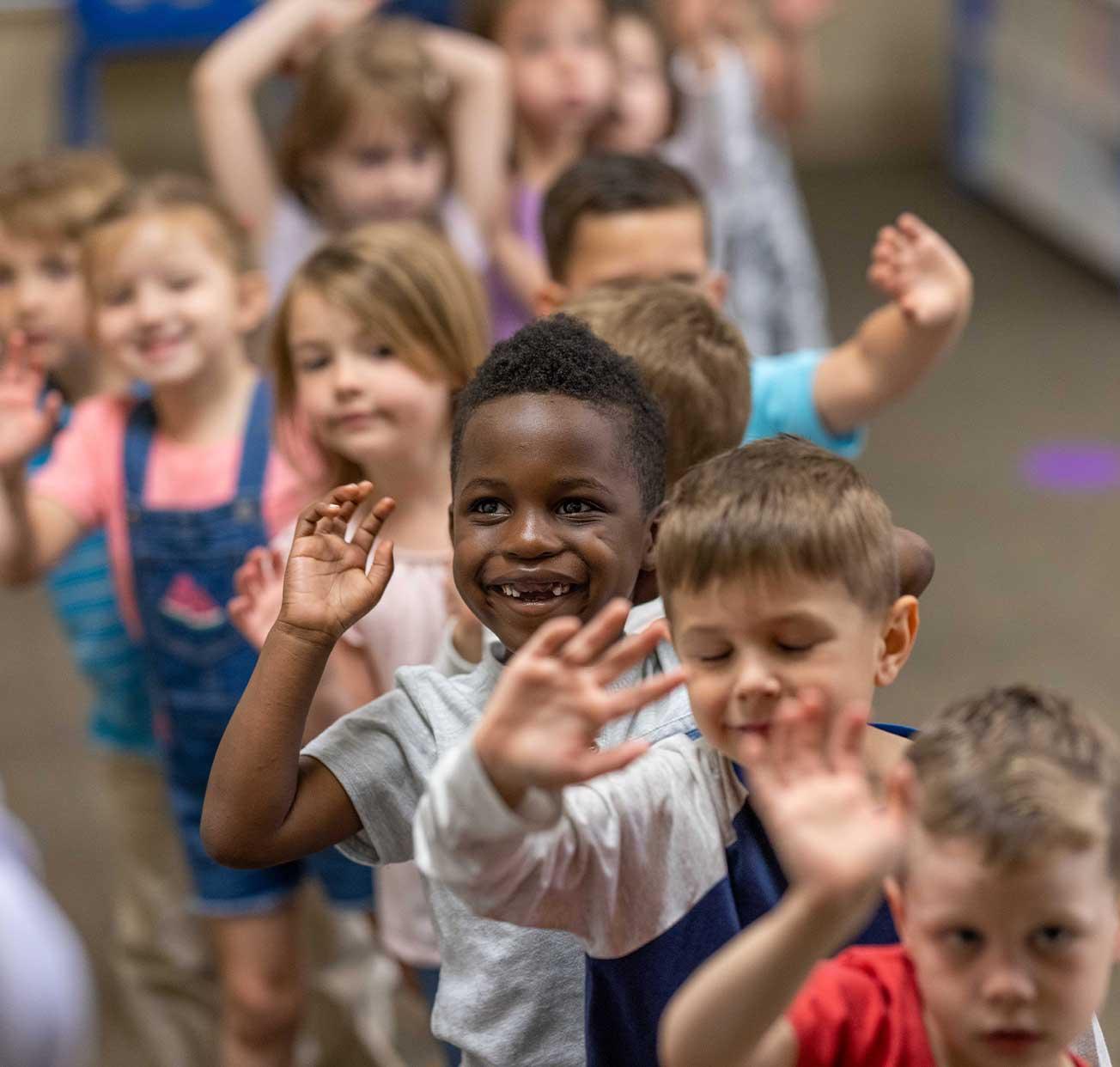 Estudiantes de Stonebriar Preschool Pals haciendo cola para música y capilla